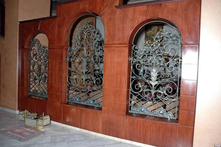 Puertas y ventanas de estilo moderno por Klasik Ferforje