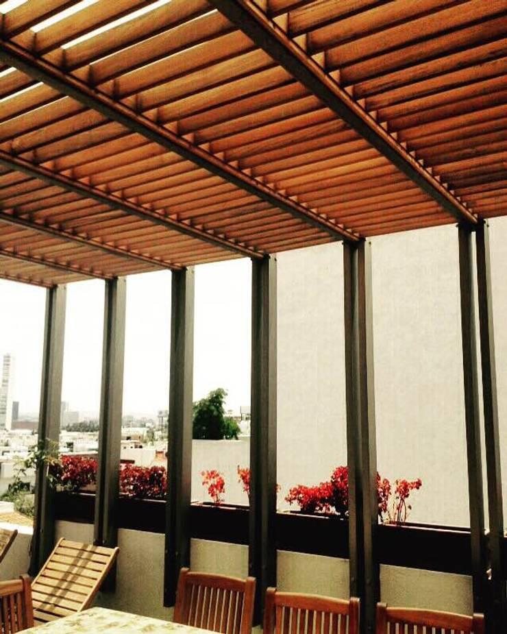 Trabajos Parota: Balcones y terrazas de estilo  por parota furniture