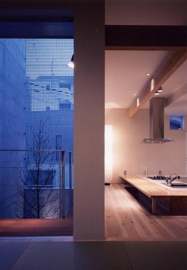 Comedores de estilo moderno de 髙岡建築研究室 Moderno