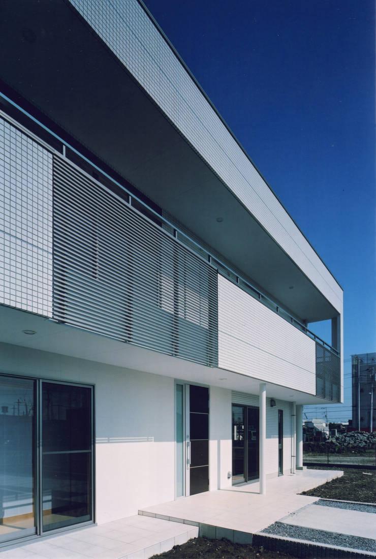 エントランスとバルコニー: 有限会社アイエスティーアーキテクツが手掛けた家です。
