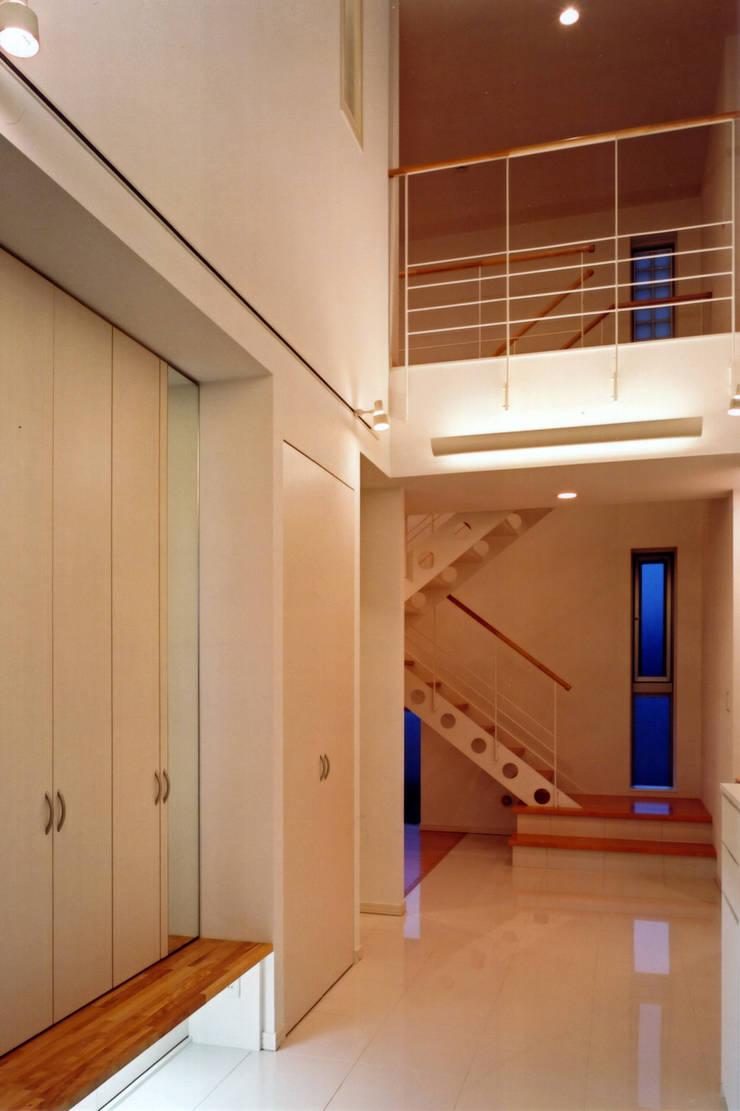 エントランスホール: 有限会社アイエスティーアーキテクツが手掛けた廊下 & 玄関です。