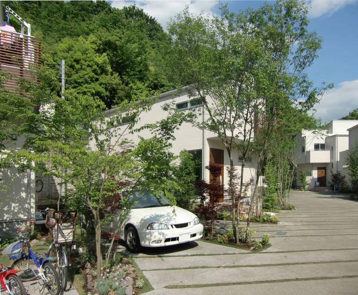はちおうじこまち 木々の中のパーキング: 有限会社アイエスティーアーキテクツが手掛けた家です。