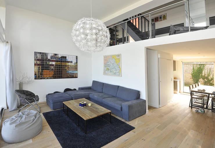 Maison de Vacances Ver/Mer : Salon de style de style Moderne par Natacha Goudchaux Architecte d'interieur