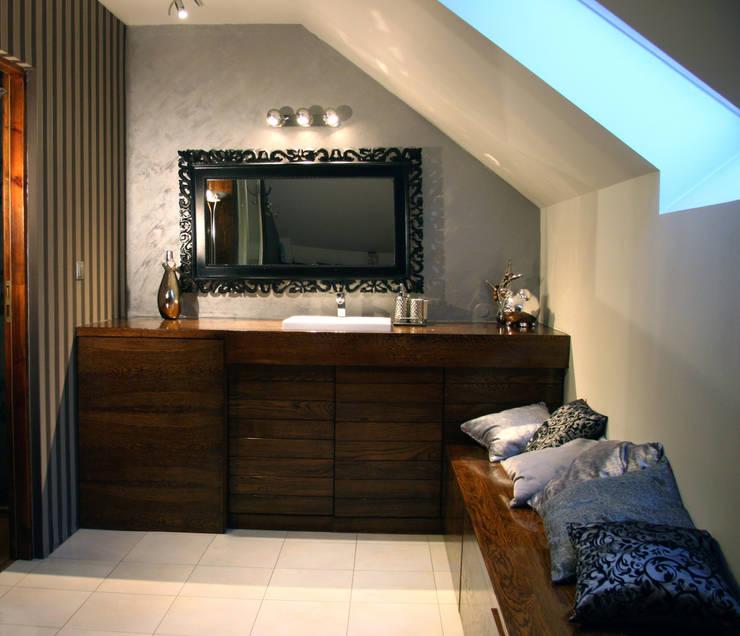 Wnętrza domu jednorodzinnego : styl , w kategorii Łazienka zaprojektowany przez ER DESIGN