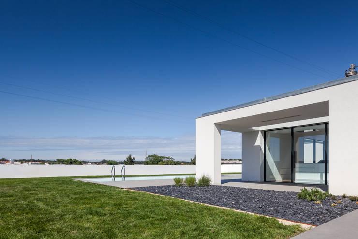 Casa em Gandra - Raulino Silva Arquitecto: Piscinas  por Raulino Silva Arquitecto Unip. Lda