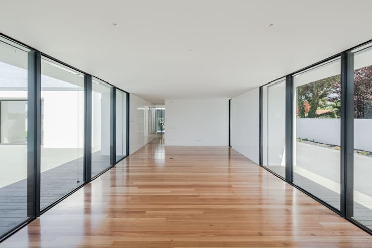 Casa em Gandra - Raulino Silva Arquitecto: Salas de estar  por Raulino Silva Arquitecto Unip. Lda