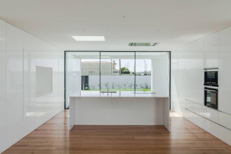 Casa em Gandra - Raulino Silva Arquitecto: Cozinhas minimalistas por Raulino Silva Arquitecto Unip. Lda