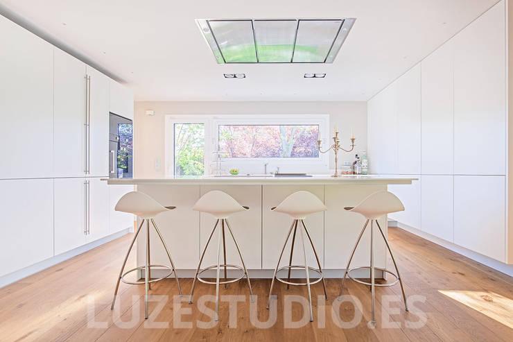 Salas de jantar modernas por Luzestudio Fotografía
