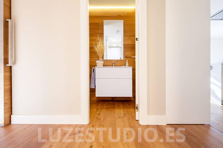 Baños de estilo moderno por Luzestudio Fotografía