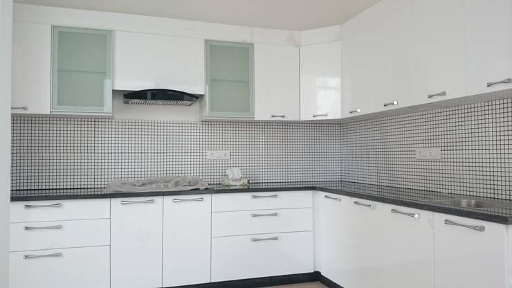 Kitchen With MDF finish:  Kitchen by Arka Interio