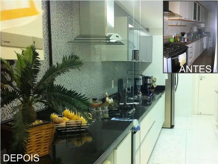 Praia de Geribá em Búzios and Apartamento Sernambetiba: Cozinhas  por Arquitetude,