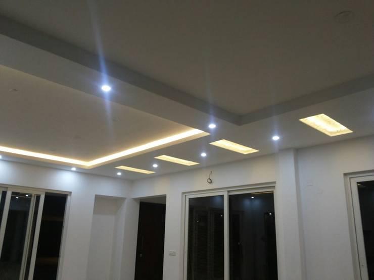 Gyspsum Ceiling Design:  Living room by Arka Interio