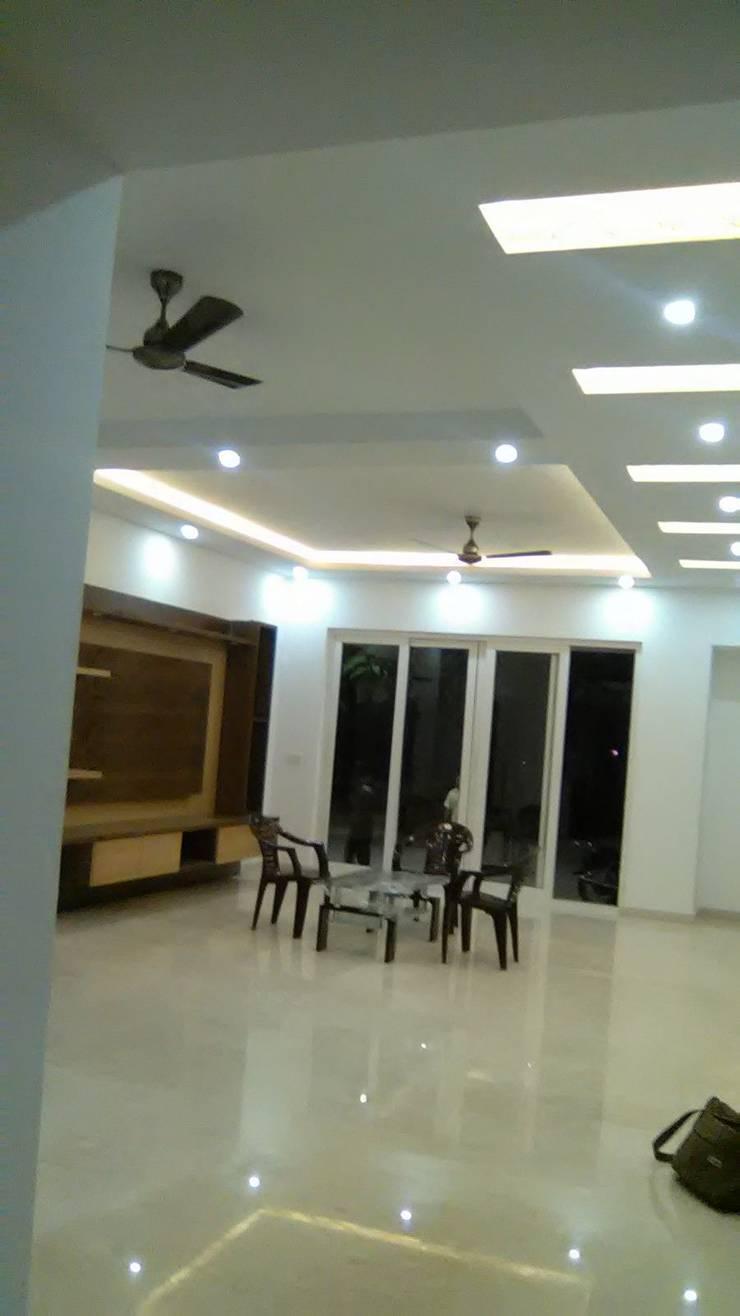 Sterling Villa Grande, White Field:  Living room by Arka Interio