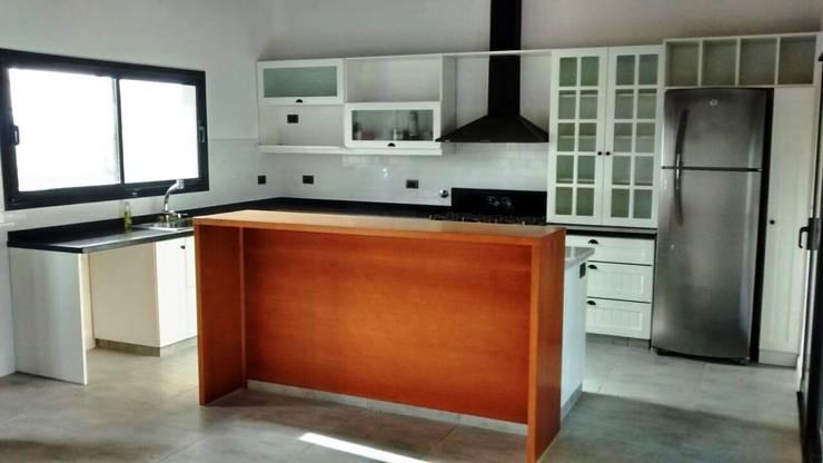 Reforma de Cocina y Baño: Cocinas de estilo moderno por CASA LEIRO