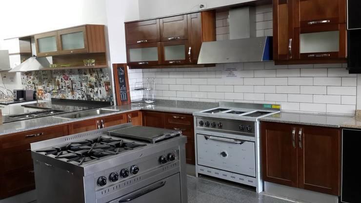 Reforma de Comercio Cocinas modernas: Ideas, imágenes y decoración de CASA LEIRO Moderno