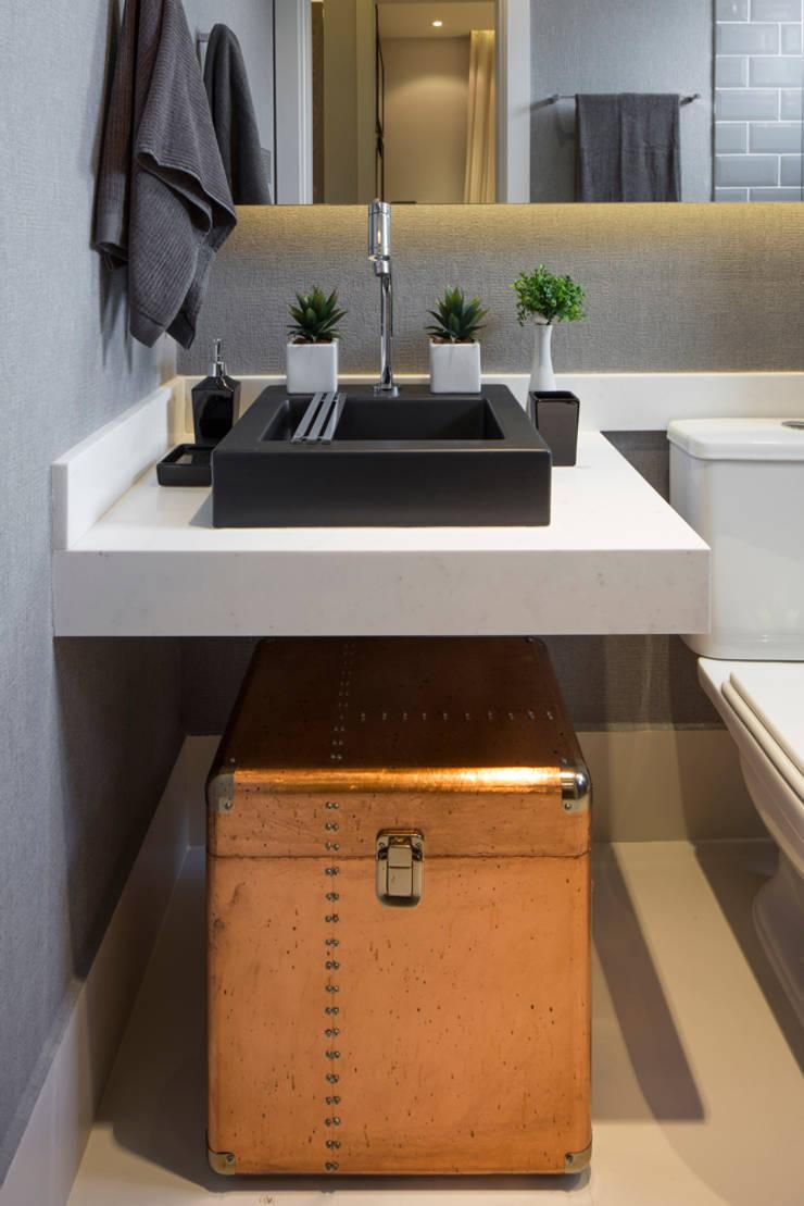 Itaquera   Decorados: Banheiros  por SESSO & DALANEZI