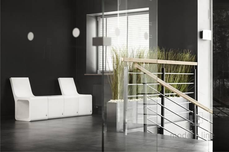 Stołek Harmony z oparciem: styl , w kategorii Balkon, weranda i taras zaprojektowany przez Modern Line