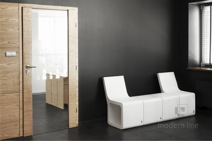 Stołek Harmony z oparciem: styl , w kategorii Korytarz, hol i schody zaprojektowany przez Modern Line