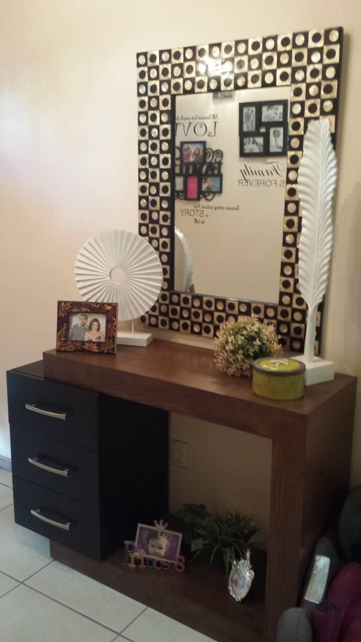 Salas: Salas de estilo  por Paola Hernandez Studio Comfort Design