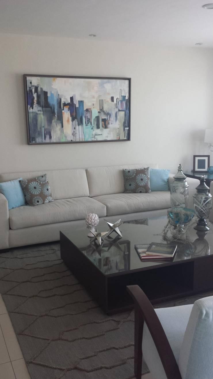 La sala, la sala de TV y la recamara del bebe: Recámaras de estilo  por Paola Hernandez Studio Comfort Design