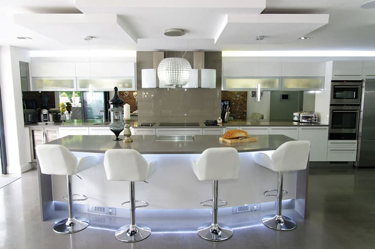 White gloss Luxury:  Kitchen by PTC Kitchens