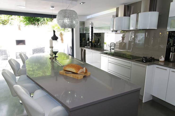 White gloss Luxury:  Kitchen by PTC Kitchens