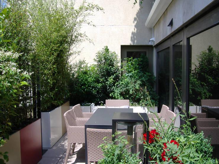 Bacs Image'In : Aménagement balcon - terrasse sur mesure: Terrasse de style  par ATELIER SO GREEN