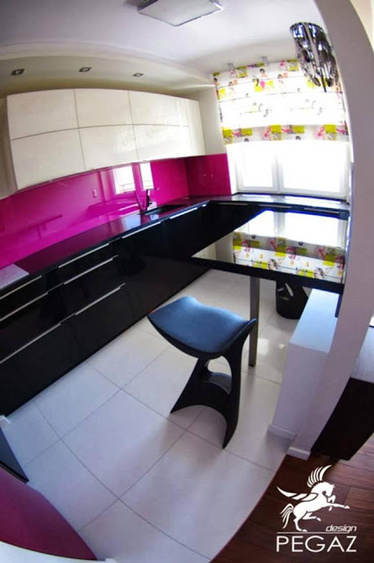 Mieszkanie z fuksją w tle : styl , w kategorii Kuchnia zaprojektowany przez Pegaz Design Justyna Łuczak - Gręda,Nowoczesny
