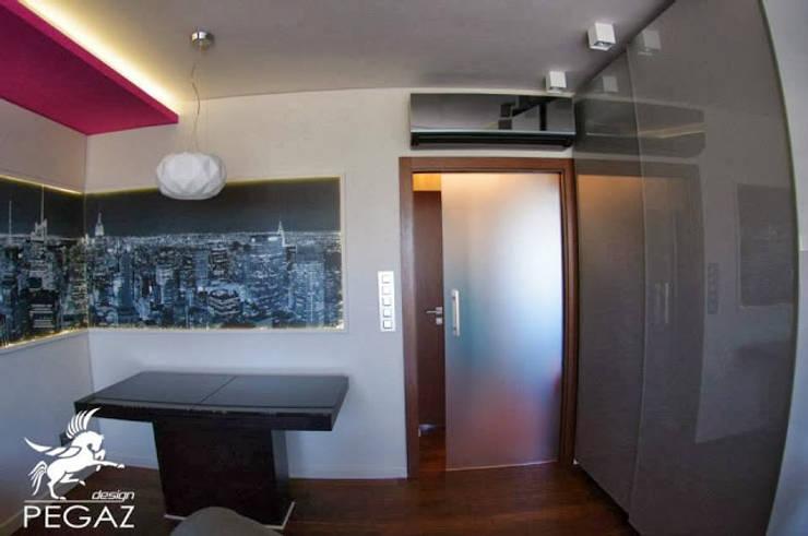 Mieszkanie z fuksją w tle : styl , w kategorii Jadalnia zaprojektowany przez Pegaz Design Justyna Łuczak - Gręda,Nowoczesny