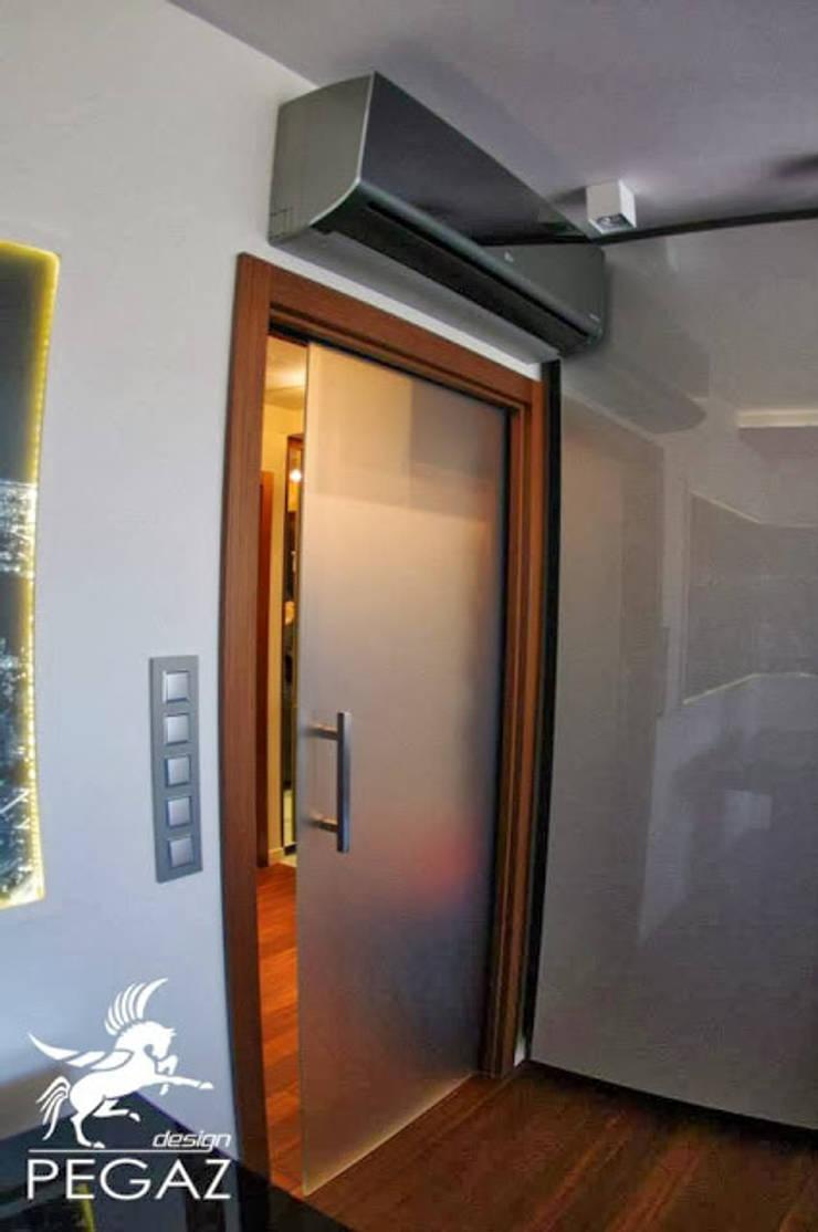 Mieszkanie z fuksją w tle : styl , w kategorii Okna zaprojektowany przez Pegaz Design Justyna Łuczak - Gręda,Nowoczesny