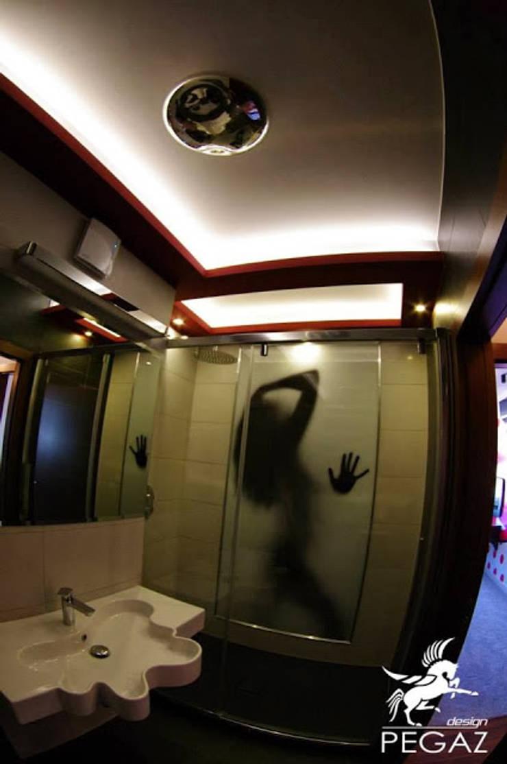 Mieszkanie z fuksją w tle : styl , w kategorii Łazienka zaprojektowany przez Pegaz Design Justyna Łuczak - Gręda,Nowoczesny