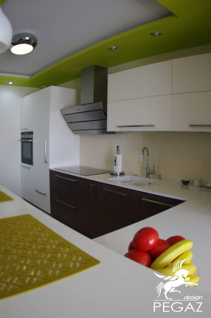 Mały dom jednorodzinny : styl , w kategorii Kuchnia zaprojektowany przez Pegaz Design Justyna Łuczak - Gręda