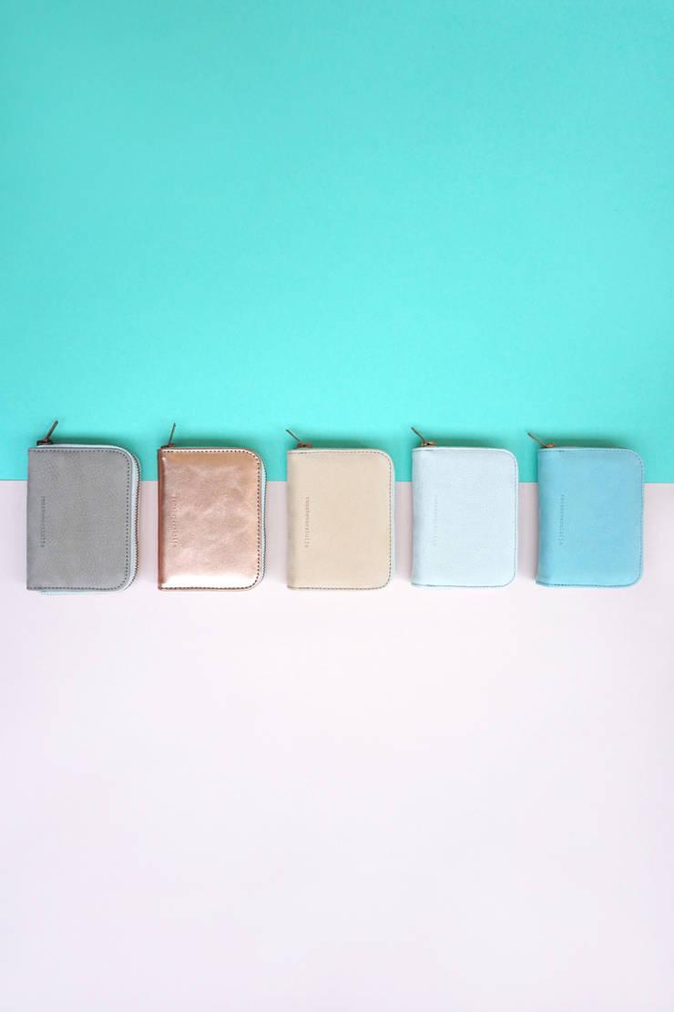 5 leren portemonnees:   door renskeversluijs, Minimalistisch Leer Grijs