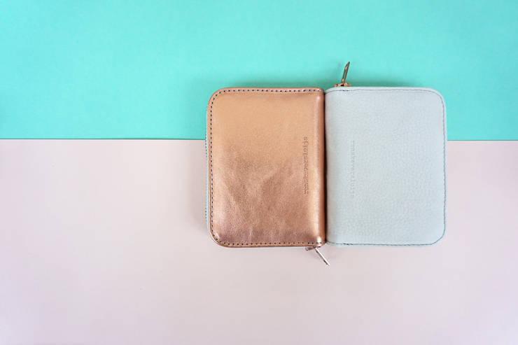 leren portemonnees in de kleuren 'copper' en 'sand':   door renskeversluijs, Minimalistisch Leer Grijs