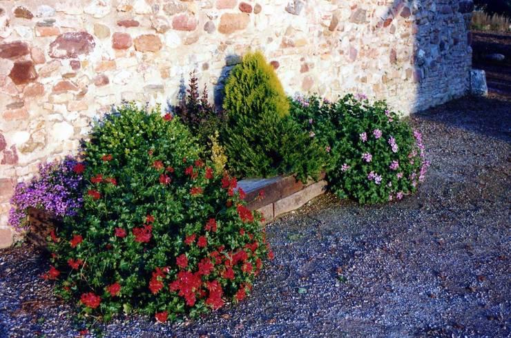 JARDINERAS CON TRAVIESAS DE MADERA: Jardines de estilo mediterráneo de GARDEN MAS DURAN