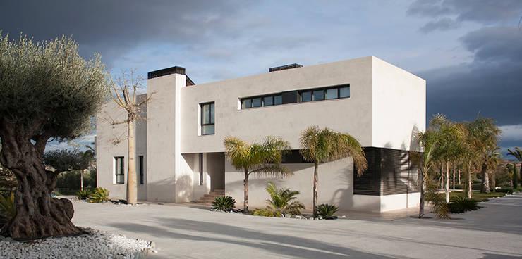 Fachada y urbanización: Casas de estilo minimalista de Soler Martínez