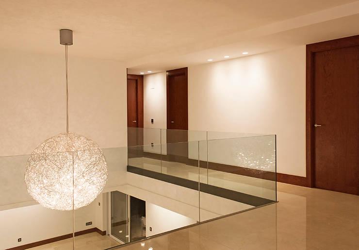 Pasillo y doble altura: Pasillos y vestíbulos de estilo  de Soler Martínez