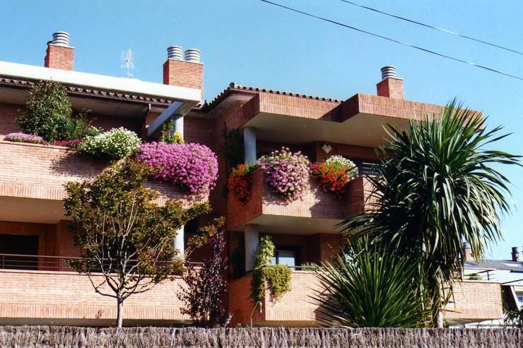 Terrace by GARDEN MAS DURAN, Mediterranean