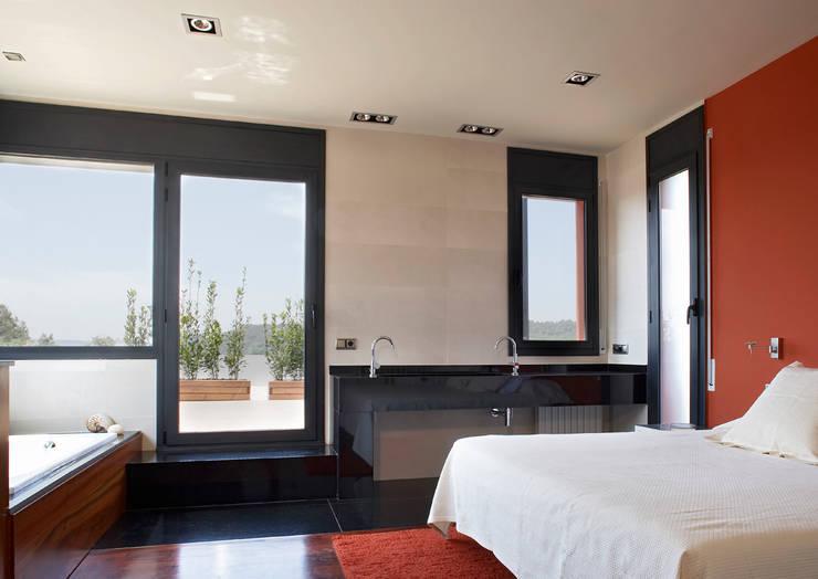 Camera da letto in stile in stile Mediterraneo di ARQ.TEC SURIS ASSOCIATS SLP