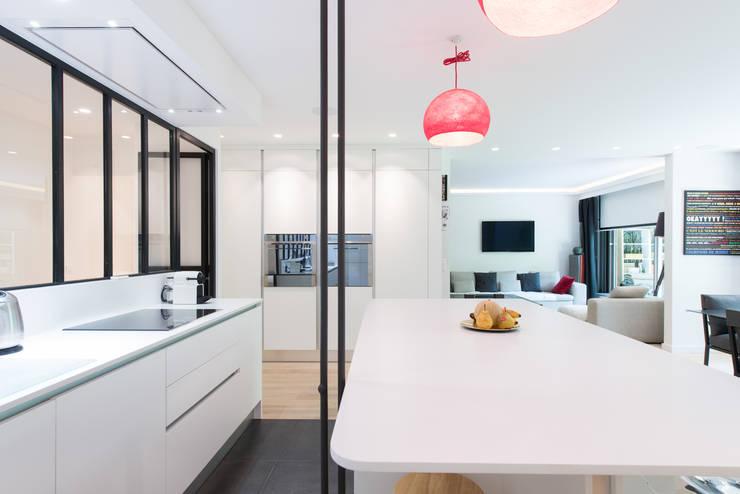 cuisine lot ouverte avec verriere par la cuisine dans le bain sk concept homify. Black Bedroom Furniture Sets. Home Design Ideas