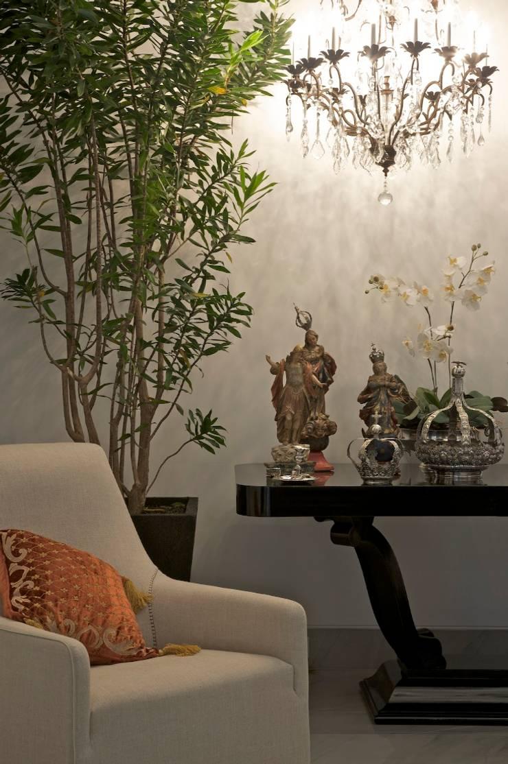 COBERTURA LOURDES: Sala de estar  por Cassio Gontijo Arquitetura e Decoração