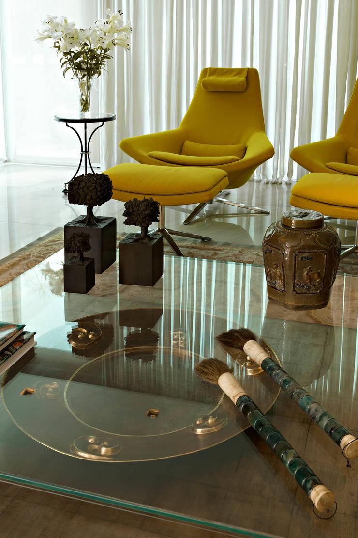 COBERTURA LOURDES: Salas de estar  por Cassio Gontijo Arquitetura e Decoração