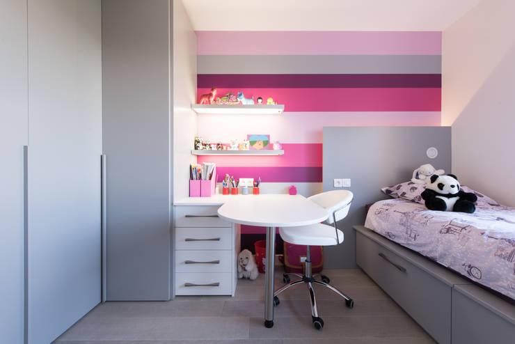 CHAMBRE ENFANT: Bureau de style de style Moderne par LA CUISINE DANS LE BAIN SK CONCEPT