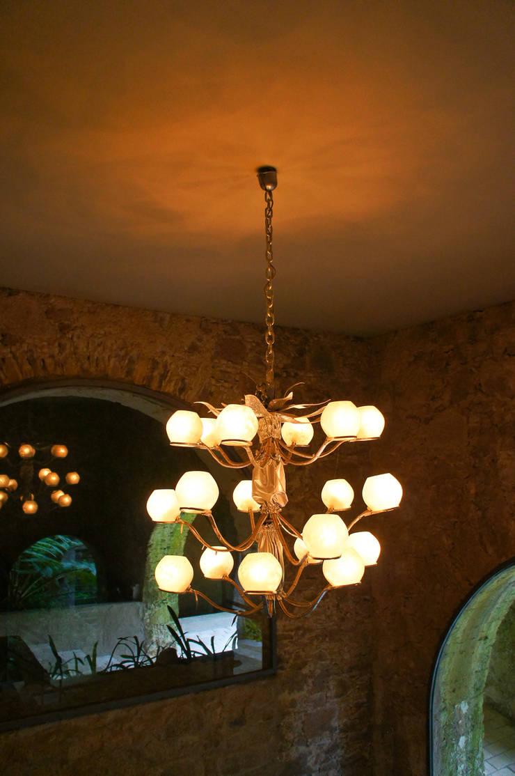 Candeeiro  de teto reciclado: Casa  por Restauro em Sintra