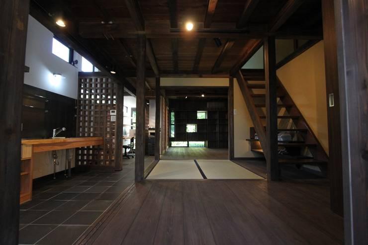 東山の家: tsf_takaが手掛けたリビングです。