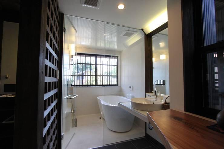 東山の家: tsf_takaが手掛けた浴室です。