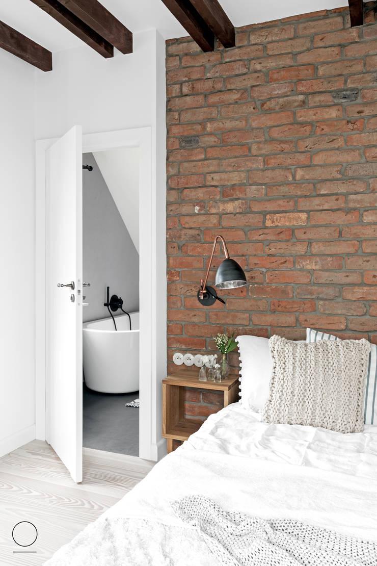 DOM W PASYMIU : styl , w kategorii Sypialnia zaprojektowany przez OIKOI,Skandynawski