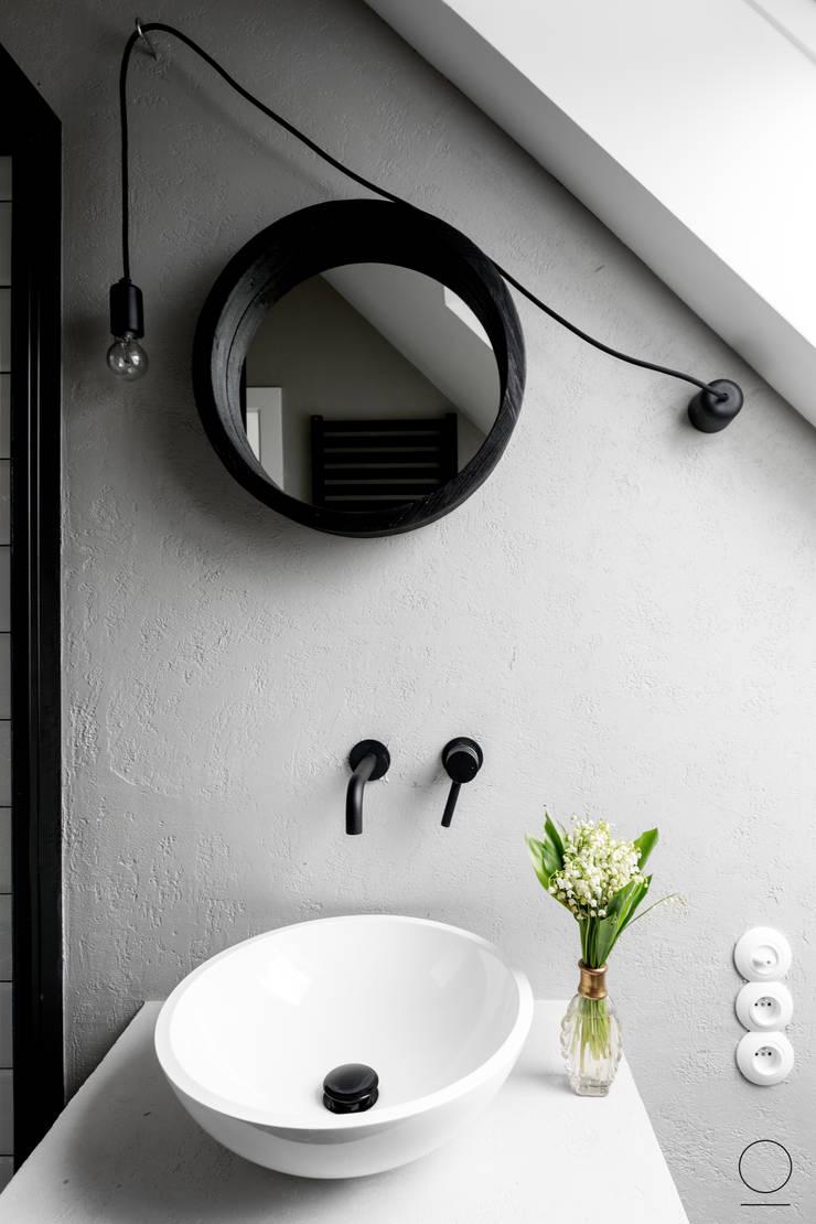 DOM W PASYMIU : styl , w kategorii Łazienka zaprojektowany przez OIKOI,Skandynawski
