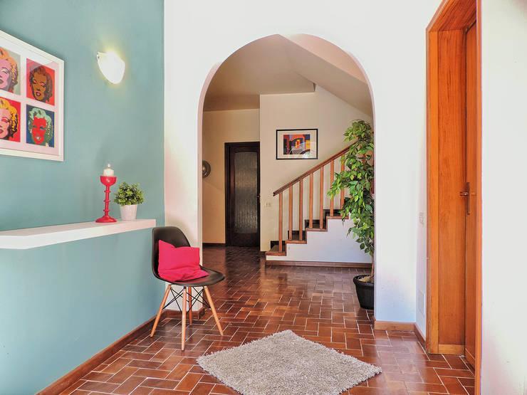 HOME STAGING PER VILLA CON PISCINA SUL LAGO MAGGIORE, IN VENDITA.:  in stile  di Boite Maison