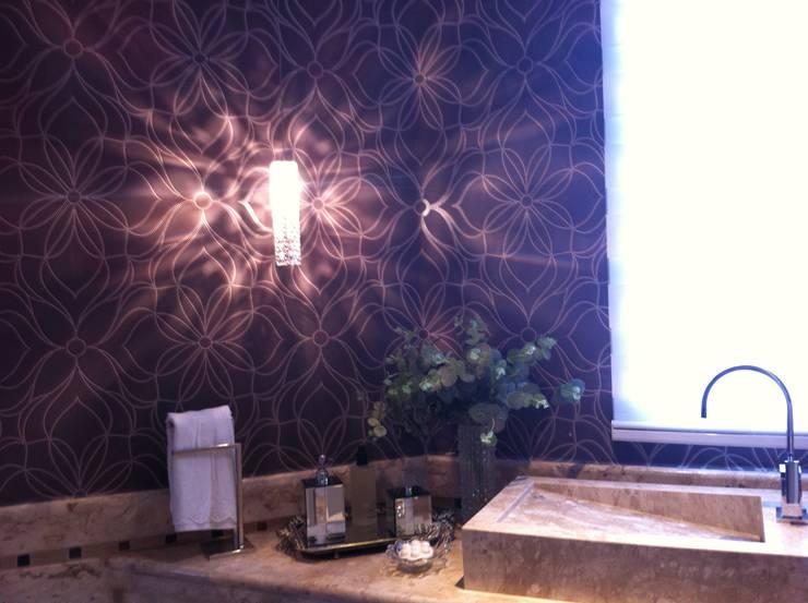 Papel de parede x lavabo: Banheiros clássicos por Colletes Arquitetura